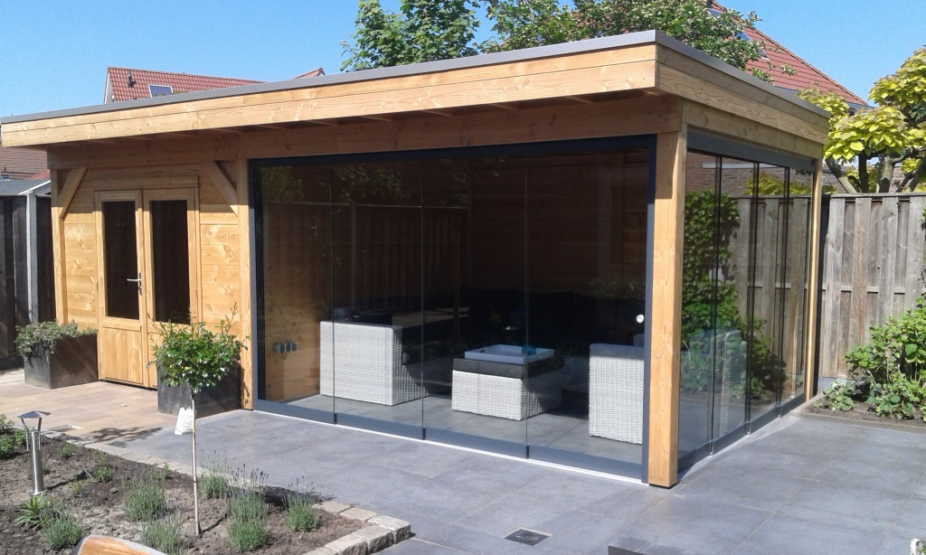 tuinhuis met tuinkamer en glazen schuifpui beschermd tegen wind regen en kou betonnenbalkfundering onder glazen schuifpui op schroeffundering